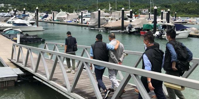 (有片)黎智英被押往西貢遊艇會蒐證