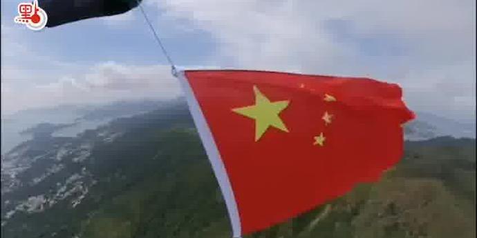 駕滑翔傘展國旗賀國慶 導演李力持:喚起港青愛國心