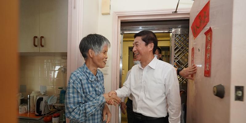 (有片)駱惠寧走入劏房戶:我們一直牽掛着生活困難市民
