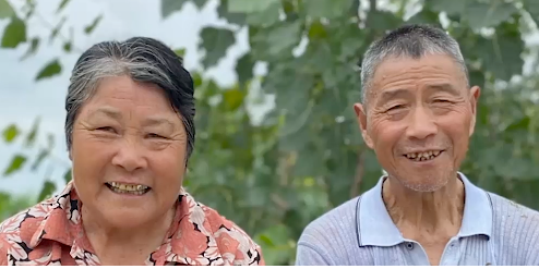 OMG   Most lovely hairstylist in China: Giving free haircuts to elderly people in countryside