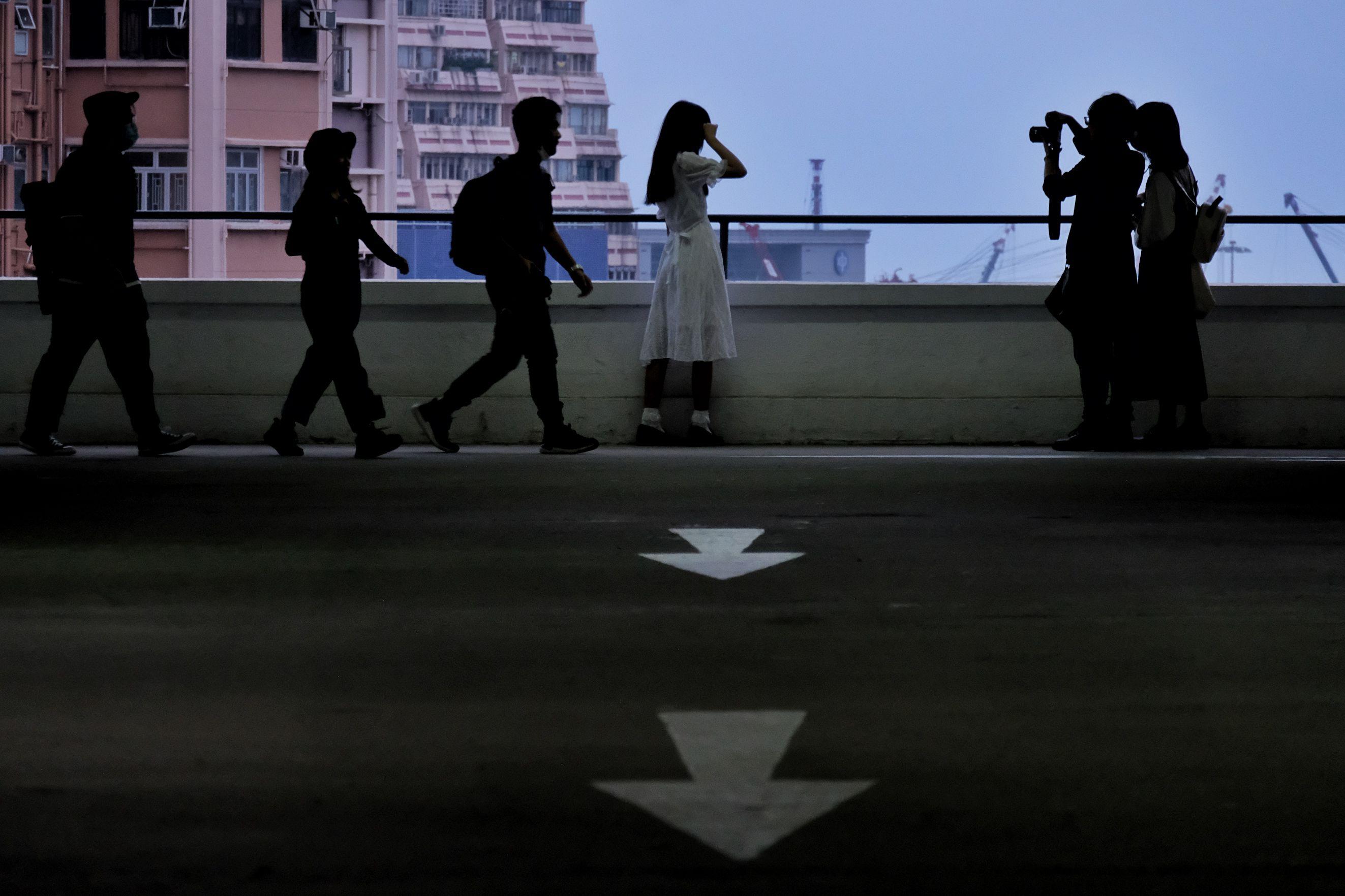 傍晚時分,不少攝影發燒友來到大廈,與即將成為歷史的停車樓做最後告別。(點新聞記者麥鈞傑攝)