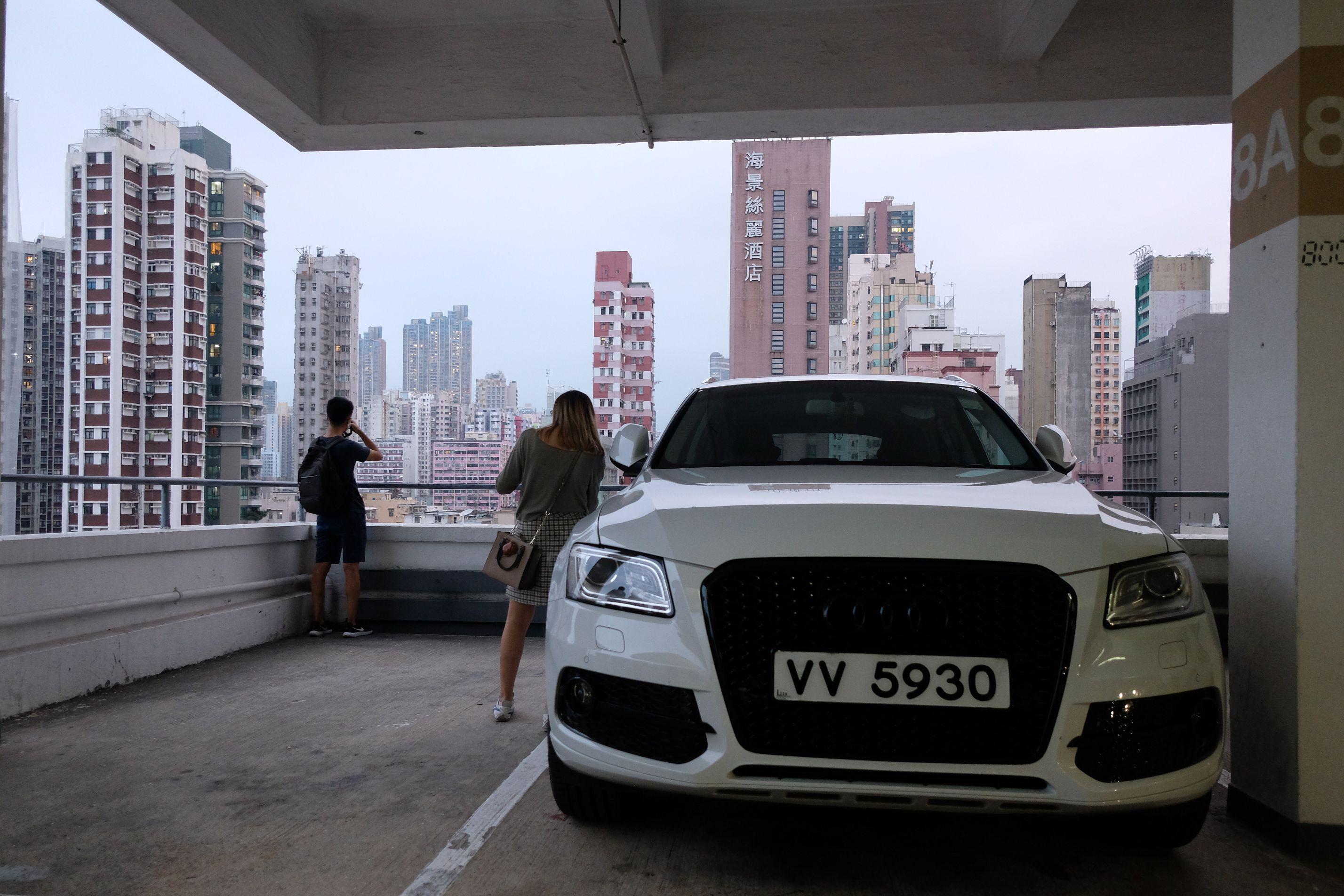 停車場高層是俯瞰廟街的最佳拍攝點,是廟街的網紅打卡點之一。(點新聞記者麥鈞傑攝)