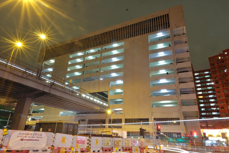 油麻地停車場大廈位於上海街250號,大廈2樓至5樓中空,是都市奇觀之一。(點新聞記者麥鈞傑攝)