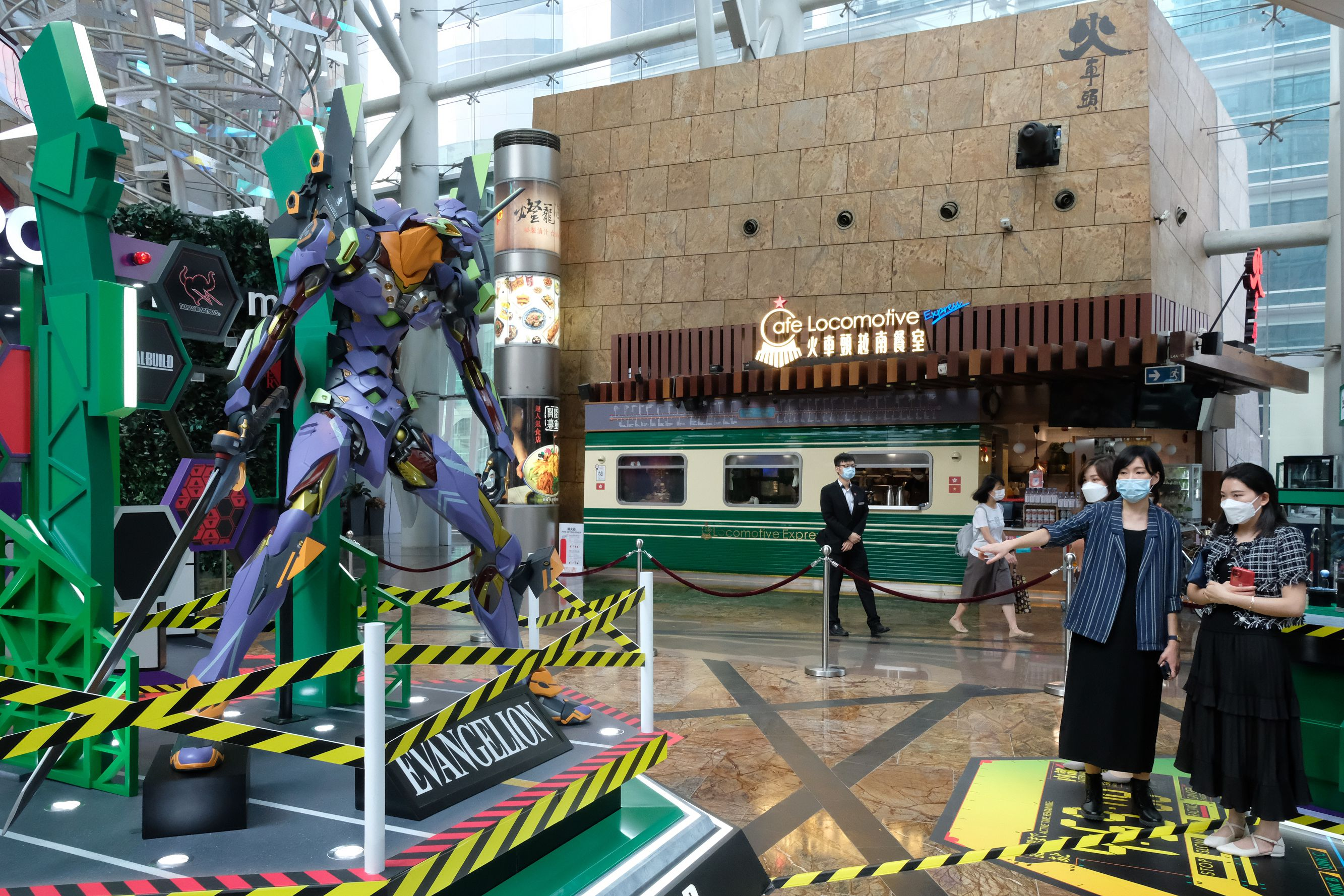 展覽有3大主題區,其中包括會於4樓通天廣場首次展出2.4米高的EVA 機體初號機,以及EVA經典武器朗基努斯槍。(點新聞記者麥鈞傑攝)