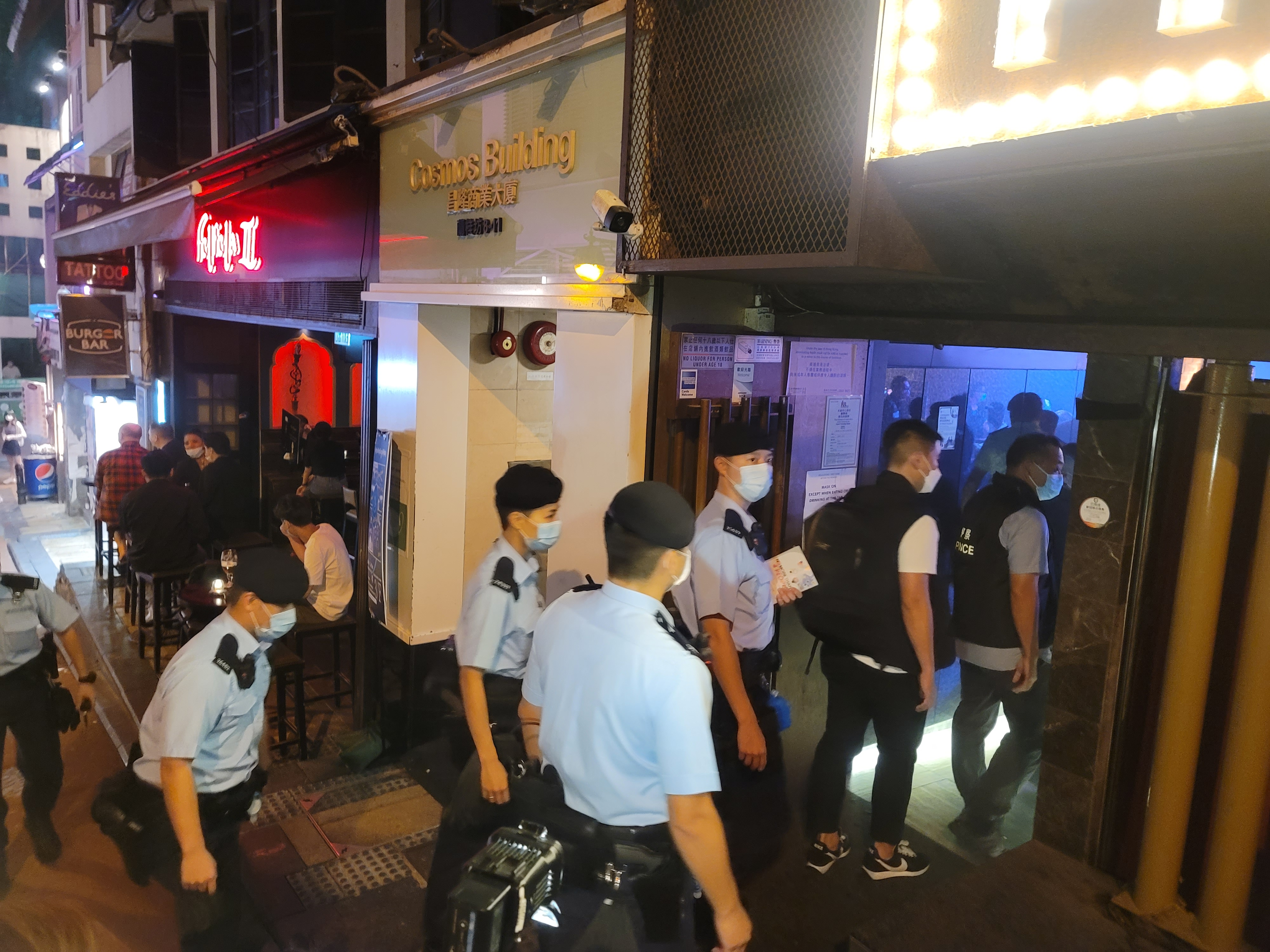 警員進入蘭桂坊一間酒吧。(點新聞記者何燊亮攝)