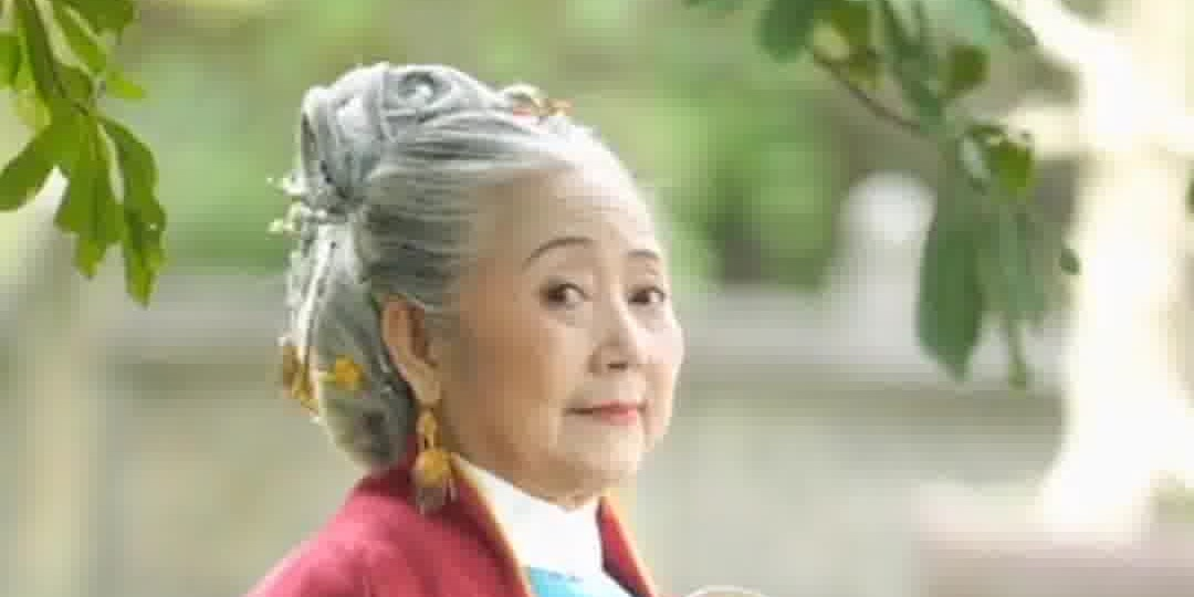 OMG   76-year-old Chinese granny goes viral by dressing Hanfu