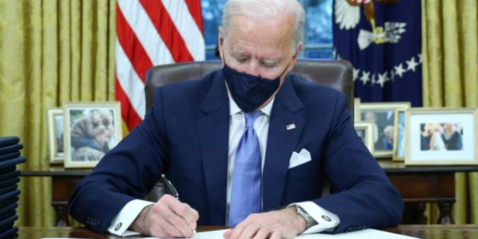 Biden signs executive order on mask challenge amid COVID-19