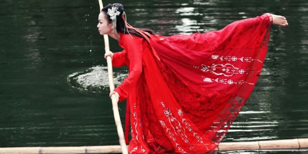 OMG | Dancing on a river: Chinese girl performs water ballet on floating 9-meter-long single-bamboo