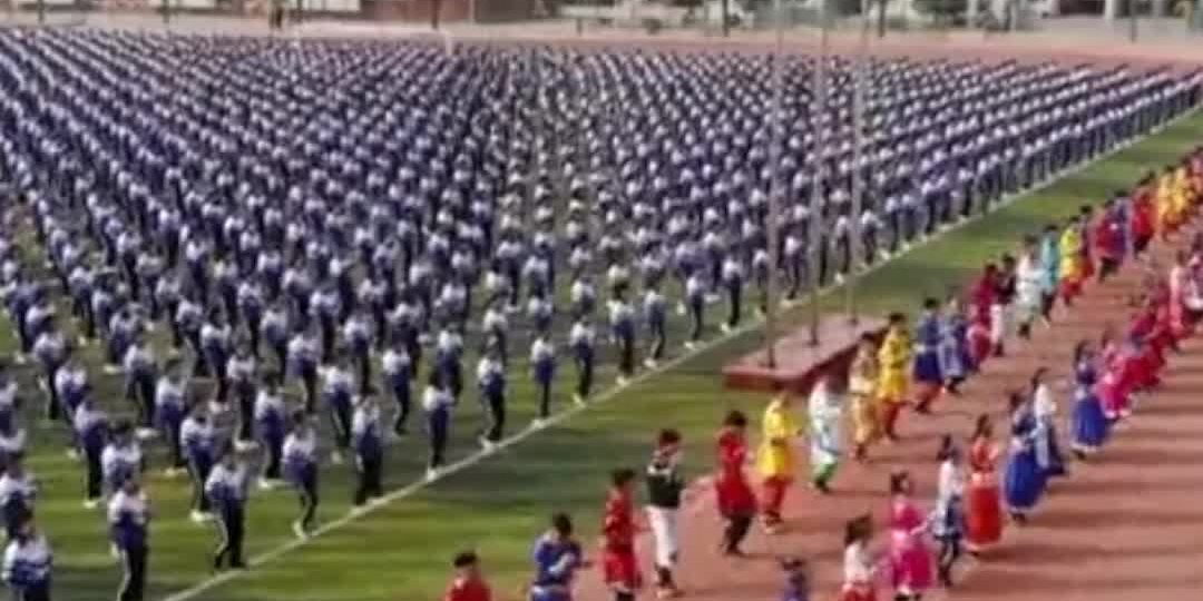 OMG | China's Inner Mongolia: 3000 students exercise with Mongolian dance moves