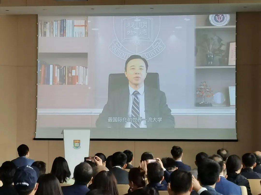 香港大學校長張翔遠程連線表示:「亞洲金融大廈與世界互聯互通的理念,與香港大學北京中心的擁抱世界目標一致,我們期望,中西交融的獨特定位,能夠讓香港大學北京中心成為內地與國際化教育共融的理想平台。」