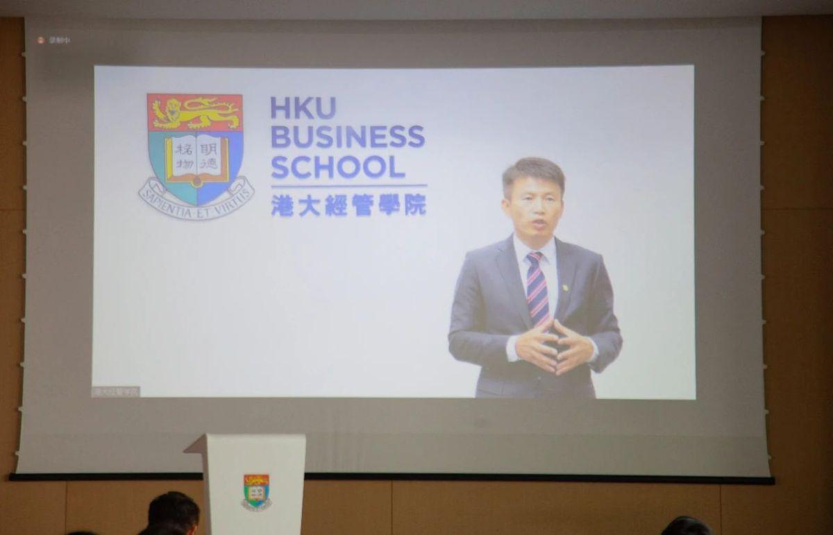 香港大學經管學院院長蔡洪濱在遠程連線致辭中表示,香港大學北京中心的建立具有積極的示範作用和意義,必將為香港與內陸學術交流與合作賦能助力。