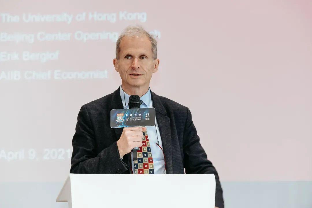 亞投行現任首席經濟學家Erik Berglof 發表演講,主題為亞投行如何在國際化進程中發揮重要作用、如何支持促進亞洲的包容與可持續發展,強調成功的全球合作離不開各個國際機構的支持與協作。
