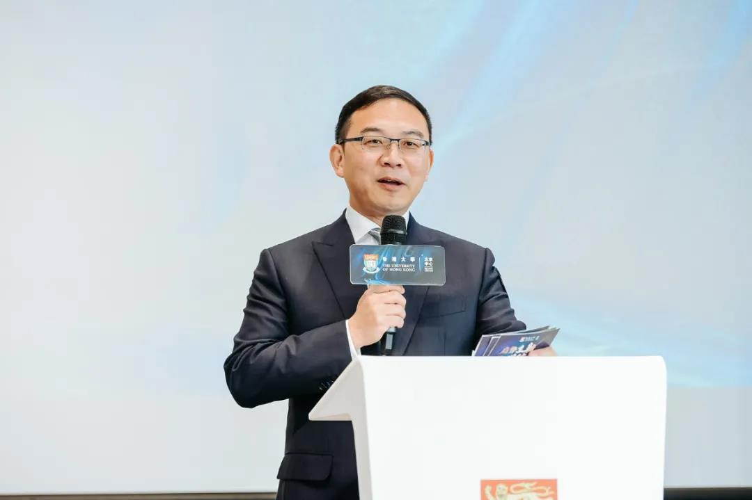 前央視著名主持人、香港大學DBA校友郎永淳主持香港大學北京中心開幕儀式,他表示:「亞洲金融大廈的空間感讓人印象深刻,每個空間的自然採光都營造舒適感受。」