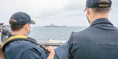 近拍中國航母時,美國兵為什麼翹着腳?