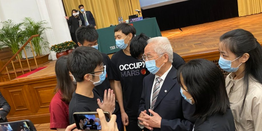 航天團訪港   港青敬仰航天科學家 競相與龍樂豪合影