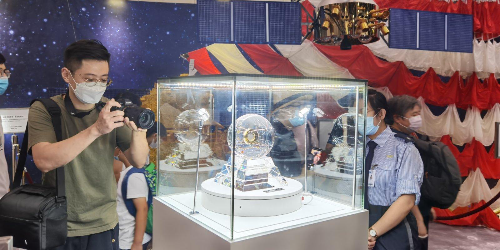 圖集 市民最後一日觀月壤 了解中國航天科技成就