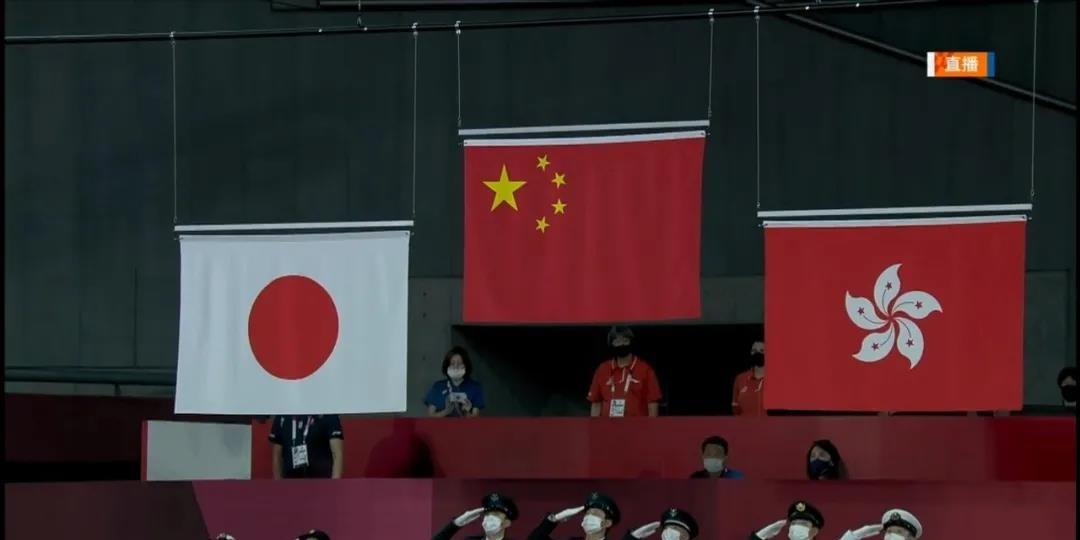 國旗區旗同時升起 內地香港一齊歡呼