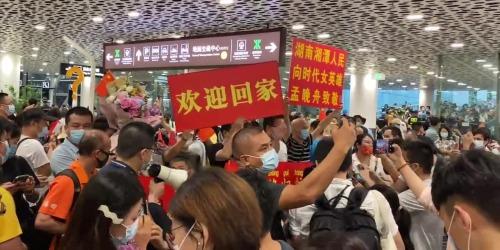 (有片)孟晚舟回國 深圳市民機場派發「回家」T恤深感祖國強大
