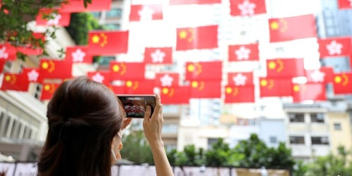 (多圖)國慶將至 香港街頭飄揚國旗區旗賀華誕