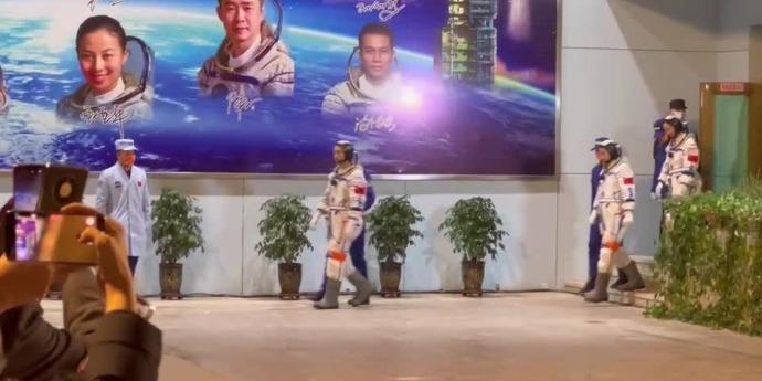 (有片)神十三航天員出征 歌唱祖國熱烈送行